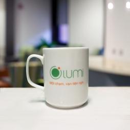 Ca sứ thẳng quai vuông in logo Olumi (Trắng)